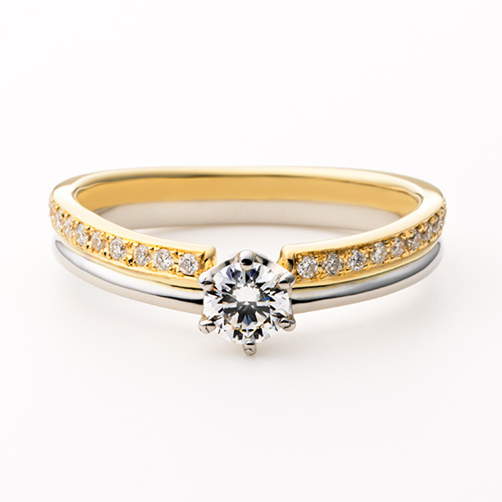 ゴールド×シルバー色のコンビネーションが美しいエンゲージリング。イエローゴールド部分にダイヤモンドをセッティングすることでより華やかな印象に。