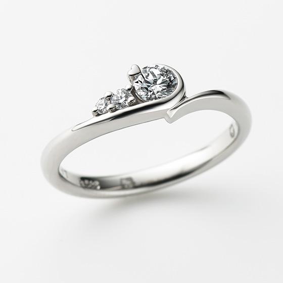 ゆるやかなウェーブで心優しいハローキティの暖かさを表現した婚約指輪(エンゲージリング)。