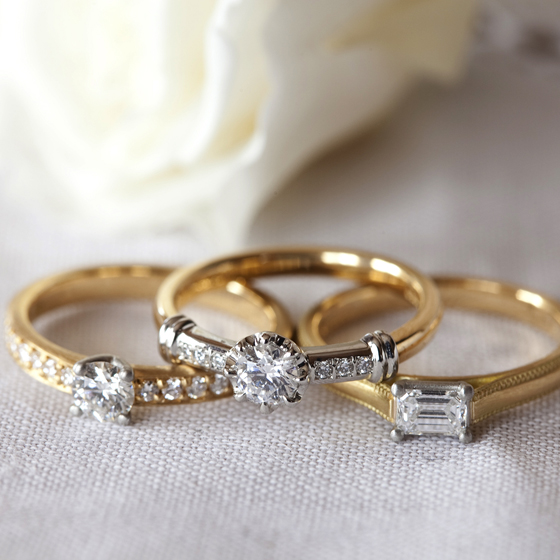 >2色使いの婚約指輪はクラシカルなイメージで、特別感を感じるデザイン。