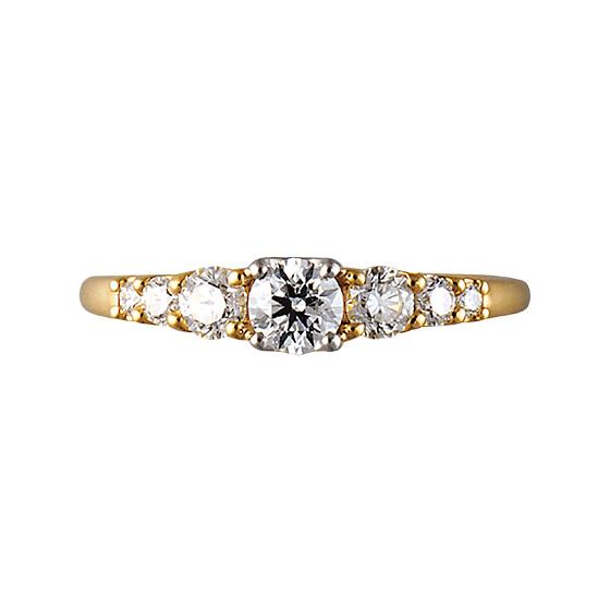 センター部分に大きく膨らみをつけたエタニティタイプの婚約指輪。セッティングも抑えているので普段からもつけられるデザインになっています。