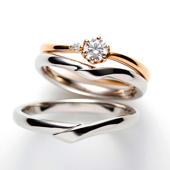 緩やかに重なり合う優しいイメージのセットリング。さりげなく寄り添う小さなダイヤモンドが愛らしくゴールドの色味と相性が良い