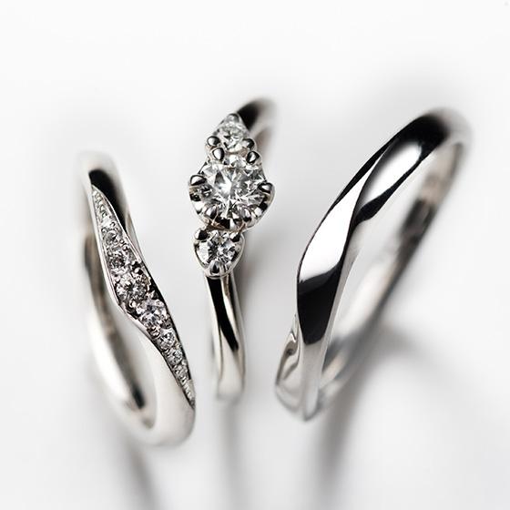指のきれいに見えるV字のセットリング。ゴージャスな結婚指輪と、キュートに見える婚約指輪のセット感が新しい。