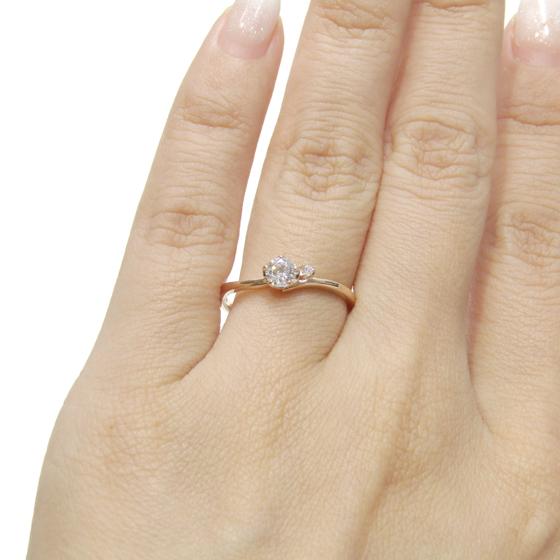 S字カーブの細身リングは着け心地も軽く、馴染みます♡メレダイヤが1石留められた清楚なデザインのエンゲージリング