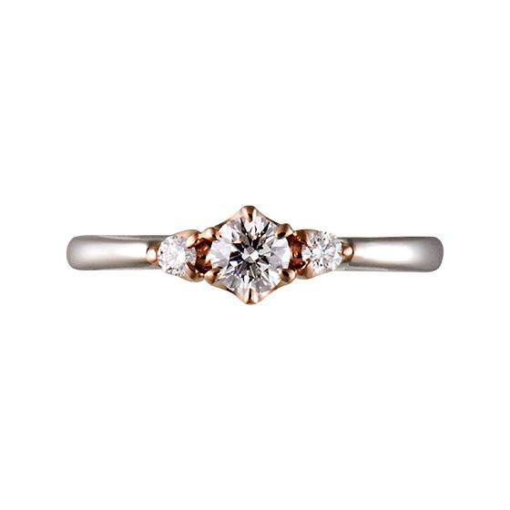 ダイヤモンドを支えるツメの部分がゴールドに仕上げた婚約指輪。シンプルだけど、人とは違うデザインがお好みの方に…