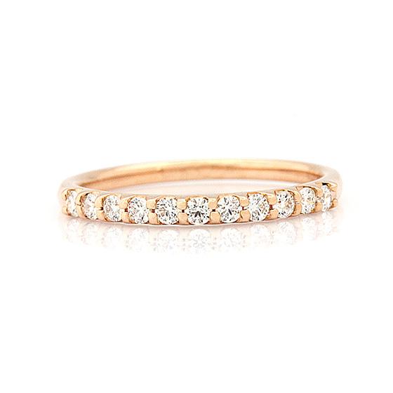 >ピンクゴールドはダイヤモンドをより華やかに魅せ、肌を明るくしてくれます。