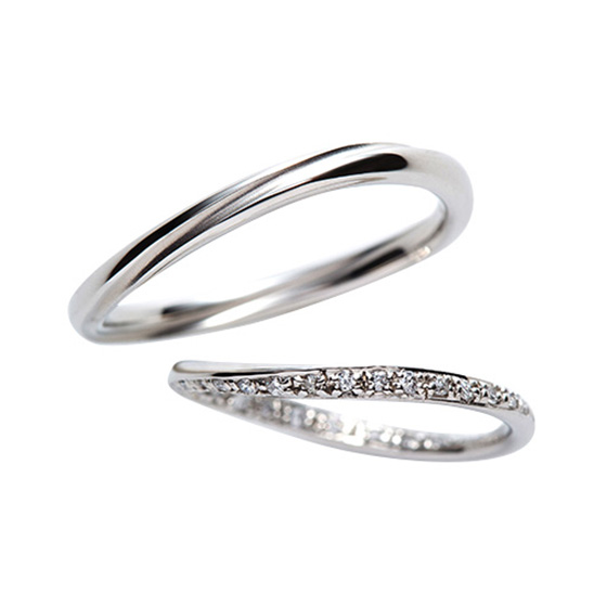 細身に仕上げたカーブラインの結婚指輪。1周に施したデザインはふたりの永遠の象徴。