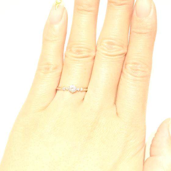 >細身のリングは指を華奢な印象に♪繊細さを感じるエンゲージリング
