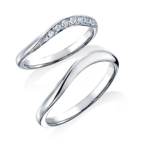 斜めにカットしたプラチナの面にダイヤモンドを敷き詰めた流れの美しいマリッジリング。