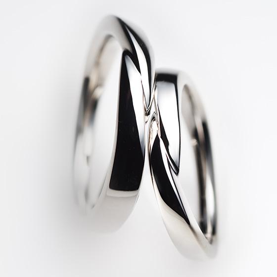 ふたりよりそう、重ね合わせたようなデザインの結婚指輪。ダイヤモンドをセッティングしないお揃いのデザイン。
