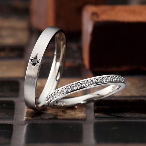 シンプルな埋め込みのエタニティタイプのマリッジリング。men'sはブラックダイヤモンドを留めてクールな印象に。