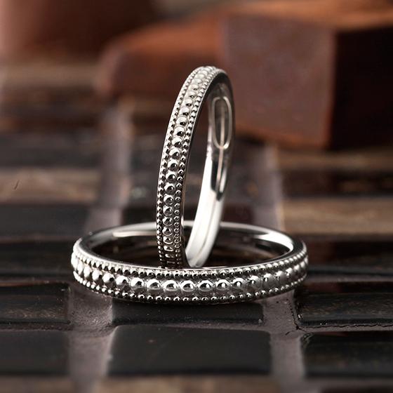 2種類のミル打ちデザインがポイントのおしゃれな結婚指輪です。