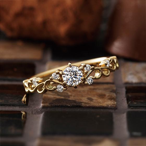 永遠の象徴、蔦の透かし模様のような可憐なデザインの婚約指輪。