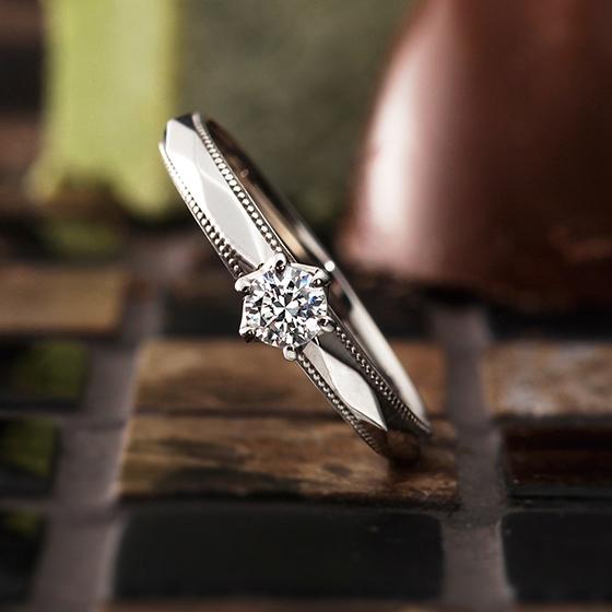 カットリングにミル打ちを施したオシャレな婚約指輪。