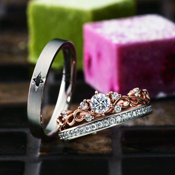 エタニティタイプの結婚指輪と合わせると、ティアラのようなゴージャスなセットリングに。
