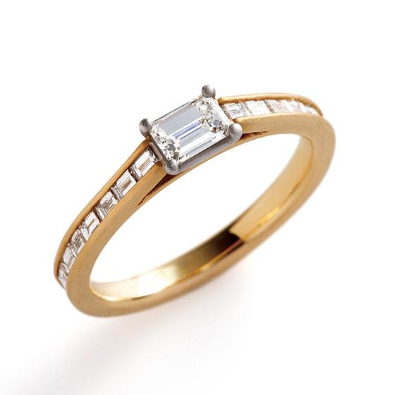 エメラルドカットのダイヤモンドを敷き詰めたエタニティタイプのエンゲージリング。