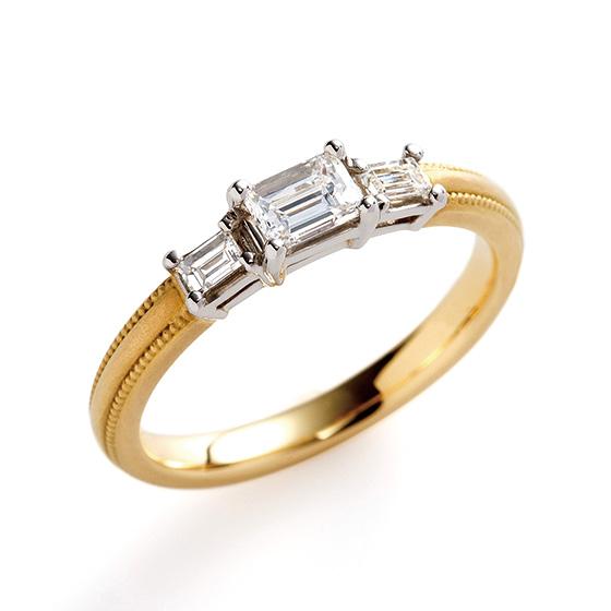 エメラルドカットで統一されたエンゲージリング。シャープなダイヤモンドのカッティングに優しく包み込むミル打ちがオシャレ。