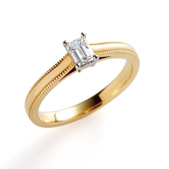 センターダイヤモンドが四角のエメラルドカット。