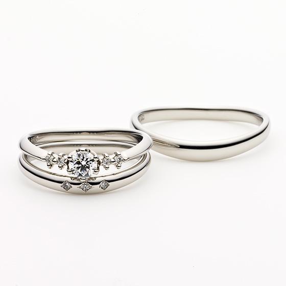 ダイヤモンドのセッティングがそれぞれ違い、1つのダイヤモンドの存在感を与えるセットリングとなっている。