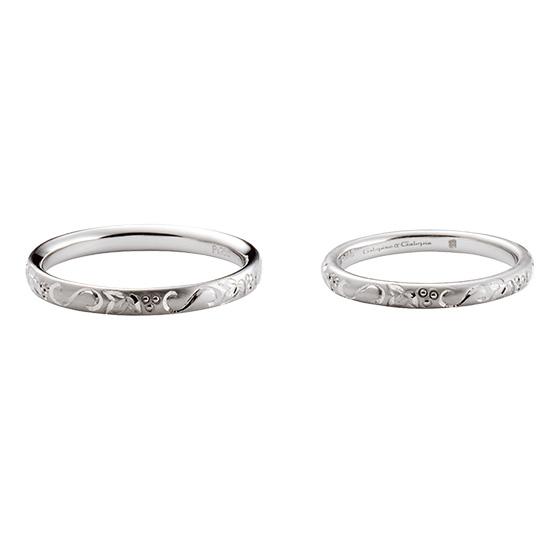 1周彫り模様を施した結婚指輪。細身のデザインの中に2人の中に芽生えた息吹をイメージした結婚指輪。