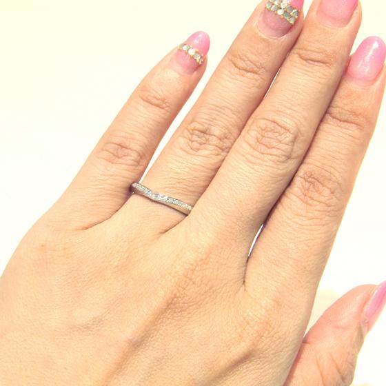 >丸みを帯びたリングにV字のメレダイヤが施され、マリッジリングらしい存在感が♡