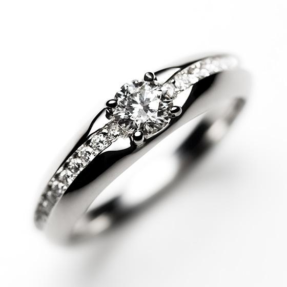 クリームに見立てたダイヤモンドを挟み込んだキュートながらも大人っぽさを感じさせる婚約指輪。ダイヤモンドを支えているプラチナの高さを抑えたデザインで、普段使いにも最適。