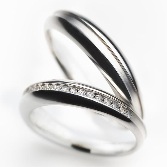 クリームをダイヤモンドとつや消しに見立て、プラチナで挟み込んだマリッジリング。マカロンをイメージし、コロンと丸いフォルムが女性らしさを演出する。