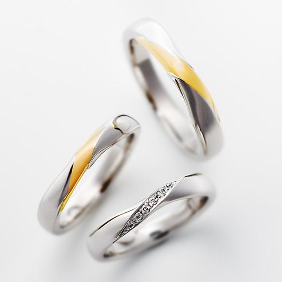 しっかりと結ばれたふたりの愛のカタチ。中央のねじり部分で表現し、指に沿うカーブを描いている。