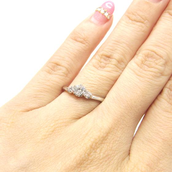 >柔らかなカーブが指に馴染み、大粒のメレダイヤがセンターダイヤをより際立たせるエンゲージリング♡