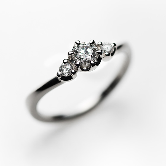 bouquetの名の通り、ダイヤモンドの花束を。サイドビューからも美しいエンゲージリング。