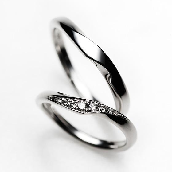 グラデーションにセッティングされたダイヤモンドと角度をつけたカーブラインが指をきれいにみせる効果があります。