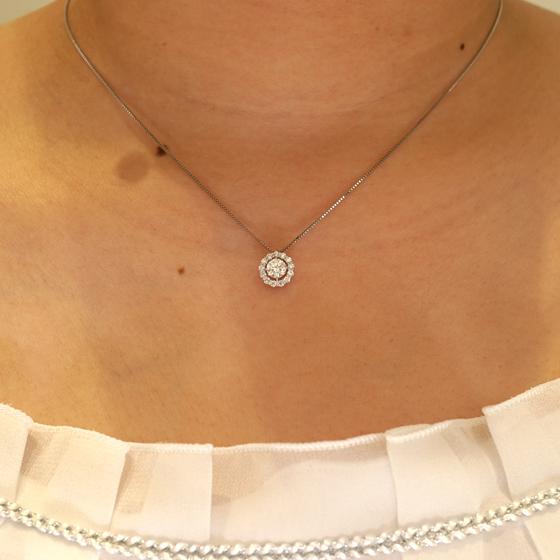 婚約ネックレスに最適。大輪の花が咲いたようなゴージャスな印象のダイヤモンドネックレス。