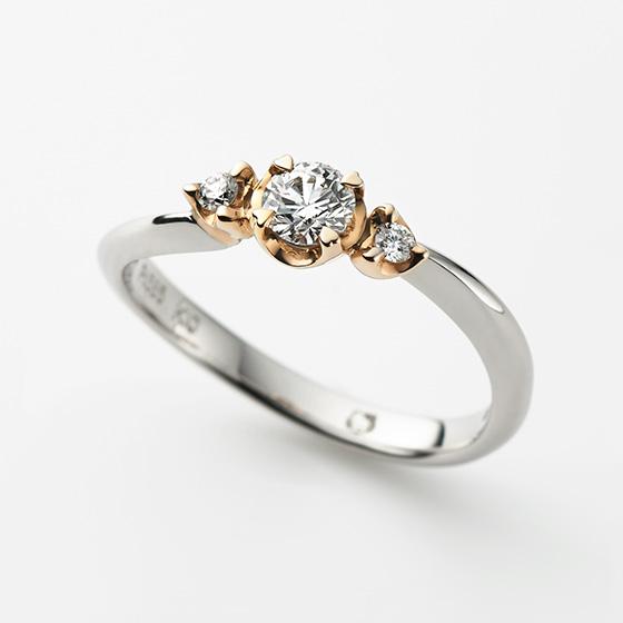 2人に流れる愛のメロディーをイメージしたエンゲージリング。センターのダイヤモンドを留めたお爪がハートに…