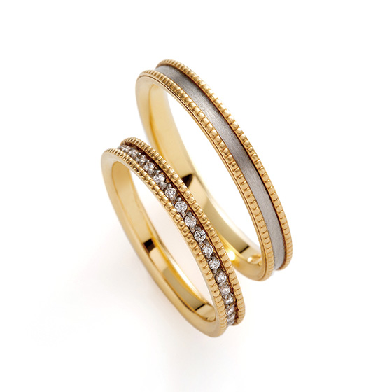 ミル打ちで囲まれたエタニティタイプの結婚指輪。