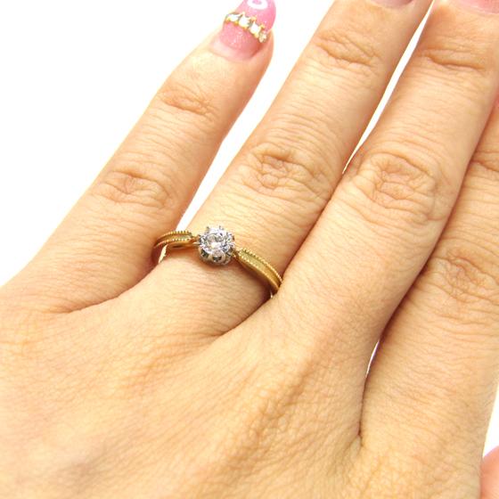 >ゴールド素材は肌馴染みが良く、中心が絞られているため指を華奢に見せてくれる♡