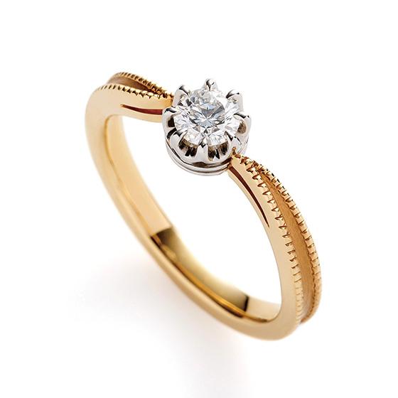 中央に向かって細く仕上げているのは指がきれいに見えるポイント。ダイヤモンドも大きく見える効果があります。