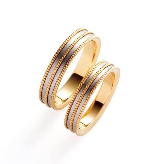ミル打ちが3連になったゴージャスなつくりの結婚指輪。