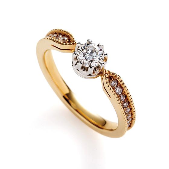 センターダイヤモンドに向かって絞りを加えることで、メインのダイヤモンドを強調できるデザインになっています。