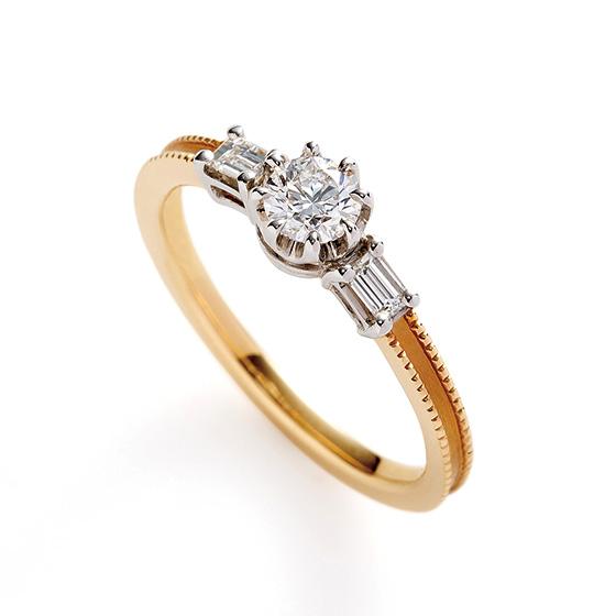両サイドに四角のダイヤモンド『エメラルドカット』を使用。センターダイヤモンドとの輝きの違いを楽しんで。