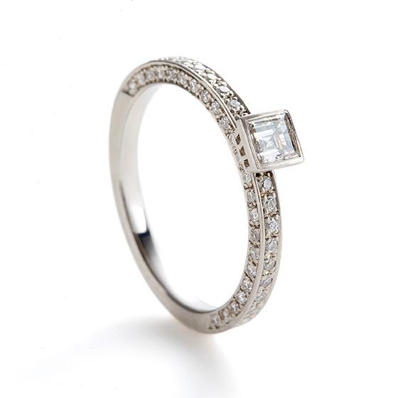センターダイヤモンドをプリンセスカット(四角のダイヤモンド)を使用し、全体をシャープなイメージで仕上げたエンゲージリング。