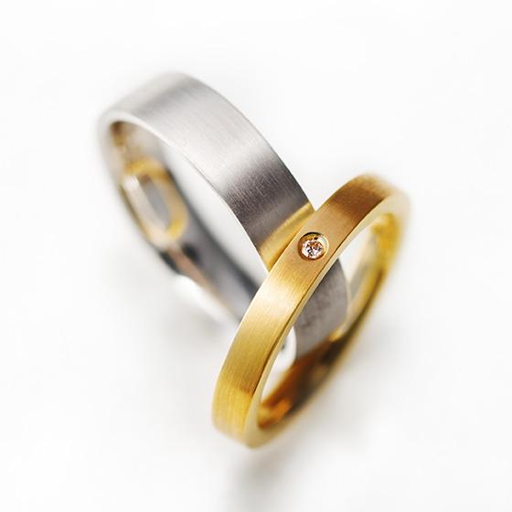 シンプルなフラットタイプの結婚指輪。マット仕上げがシャープな印象を与えてくれる。