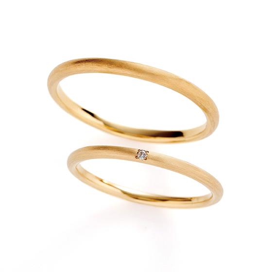 シンプルな甲丸タイプの結婚指輪。細く、マットな印象がより繊細に華奢なお指に見せてくれます。