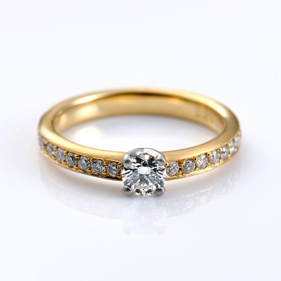 >センター部分のみ、プラチナで仕上げてあり左右のメレダイヤモンドとはまた違った輝きを楽しむことができる。
