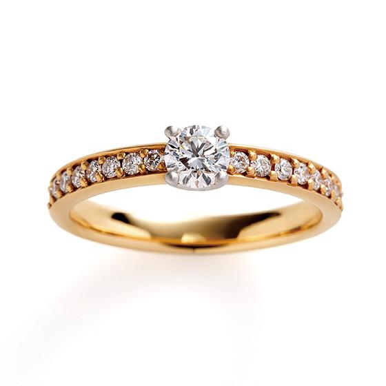 シンプルなエタニティタイプのエンゲージリング。左右に埋め込まれたダイヤモンドは、引っ掛かりもなく普段からも使いやすいデザインです。