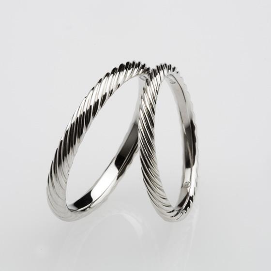 力強い綱をイメージした結婚指輪。ふたりの絆の強さを表現しています。