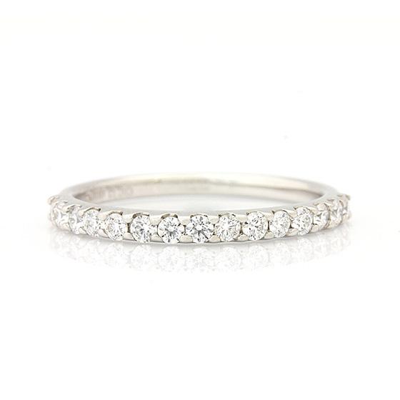 爪留めタイプのハーフエタニティリング。婚約指輪(エンゲージリング)としても人気があります。