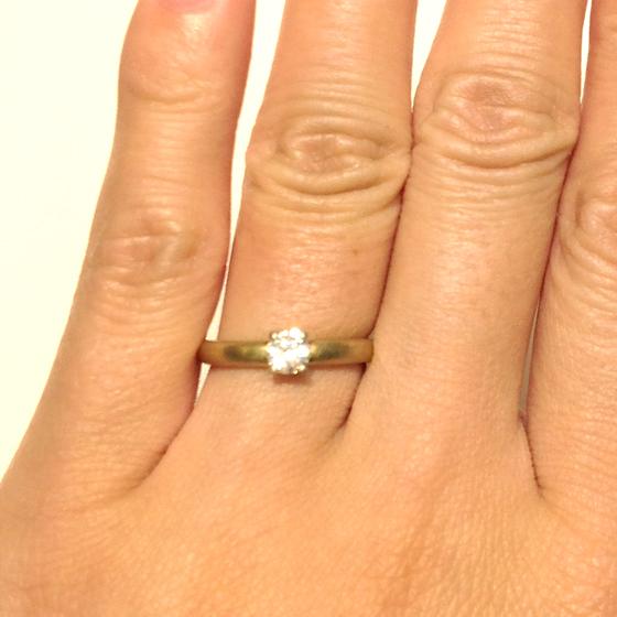 >シンプルなゴールドの色味が白いダイヤモンドの輝きを印象強くみせる