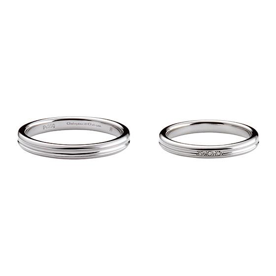 シンプルなストレートのリングに丸みをつけ、センター部分にラインを入れた結婚指輪。プラチナの光沢感を楽しめるデザインです。