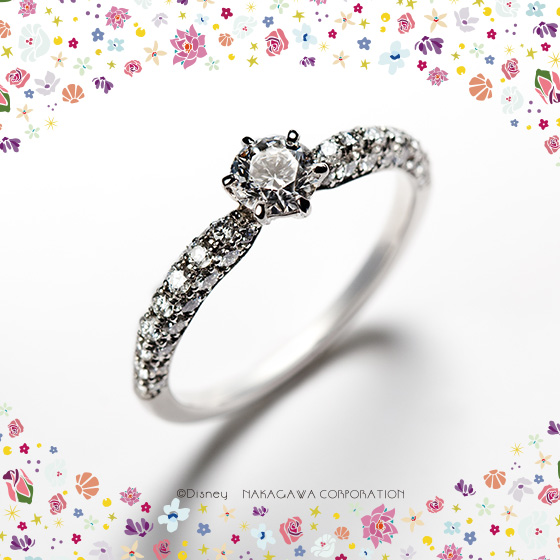 フェアリーゴッドマザーのダイヤモンドのように輝く魔法で美しく変身したシンデレラ。夢見る少女はプリンセスへ…