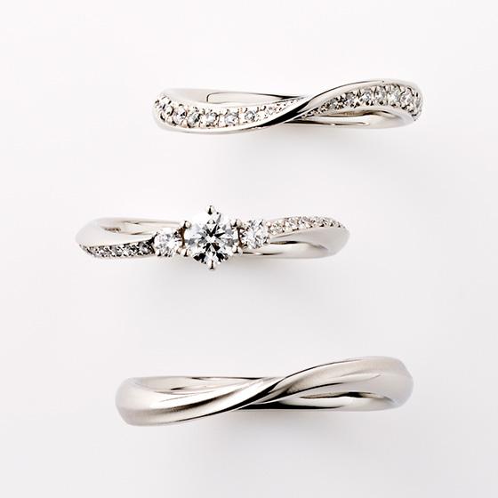 センターダイヤモンドがぴったりと重なるように、中心部分をしぼりのあるデザインになっています。men'sリングも艶消し加工がオシャレ。