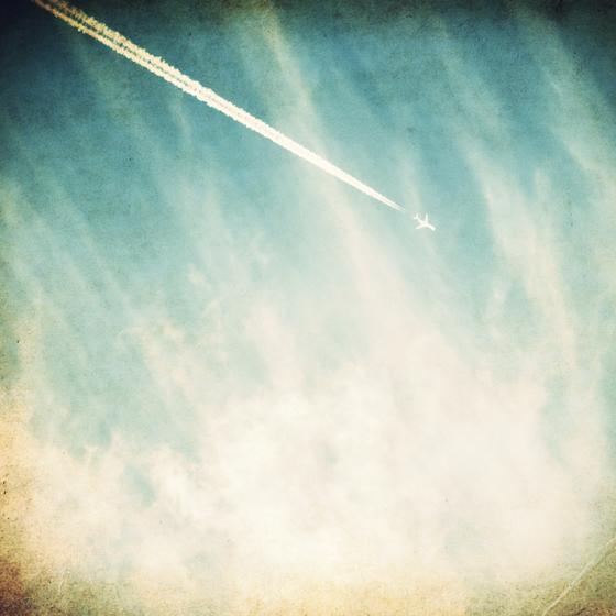 >空に浮かぶひとすじの飛行機雲に ふたりで描く人生の旅路を感じて